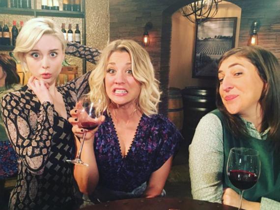 Hatten sichtlich Spaß im Weinkeller: Kaley Cuoco (m.), Mayim Bialik (r.), Alessandra Torresani