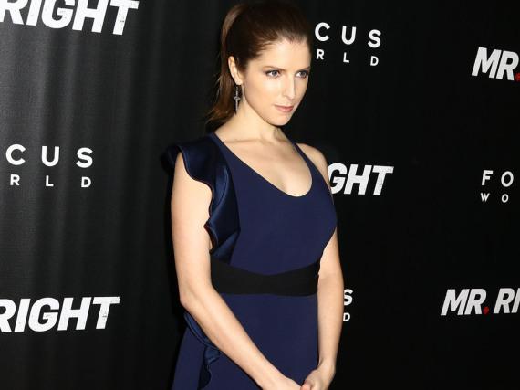 Das dunkelblaue Kleid umschmeichelt Anna Kendricks Figur perfekt