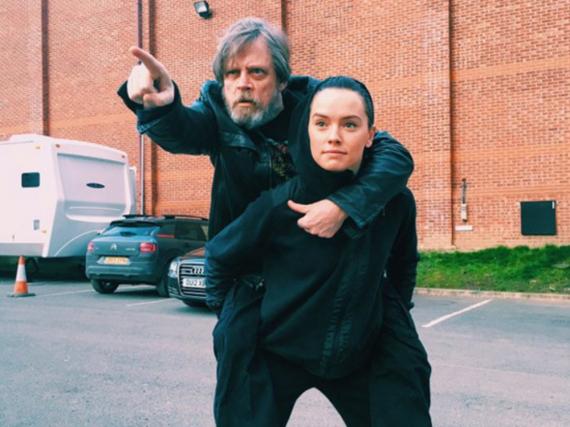 Mark Hamill und Daisy Ridley am Set von