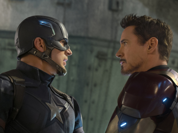Captain America (Chris Evans, l.) ist auf Kriegsfuß mit Iron Man (Robert Downey Jr.)