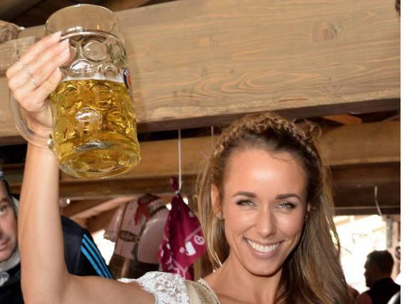 Ein Hoch auf das Bier! TV-Moderatorin Annemarie Carpendale beim Münchner Oktoberfest