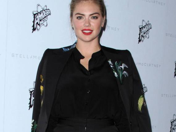 Model Kate Upton beherzigt gleich zwei Styling-Regeln: Mit einer High-Waist-Hose lenkt sie die Aufmerksamkeit auf ihre Taille, gleichzeitig kaschiert die Jacke ihre Hüften.