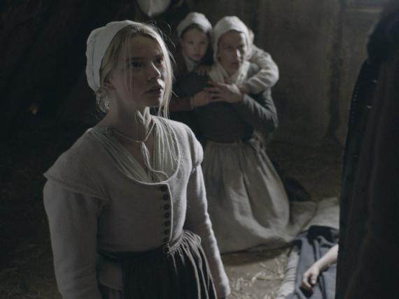 Thomasin (Anya Taylor-Joy) schwört auf Knien, dass sie keine Hexe ist...