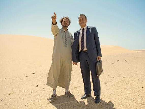 Yousef (Alexander Black) und Alan (Tom Hanks) in der Wüste von Saudi-Arabien