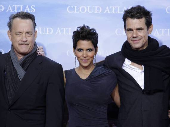 Tom Tykwer (re.) mit den Hollyood-Stars Halle Berry und Tom Hanks bei der Premiere des Films