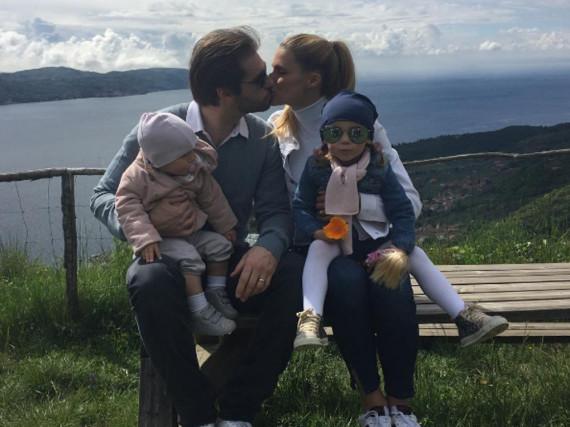 Michelle Hunziker und Tomaso Trussardi samt den Töchtern Sole (r.) und Celeste