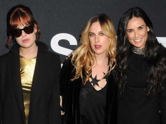Tallulah (links) und Scout Willis (Mitte) zusammen mit ihrer berühmten Mama Demi Moore