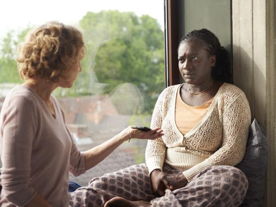 Die Kriminalpsychologin Lydia Rosenberg (Juliane Köhler) spricht mit der traumatisierten Cécile Mulolo (Thelma Buabeng, r.)