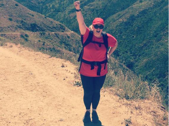 Rebel Wilson während einer Wanderung in den Bergen um Los Angeles