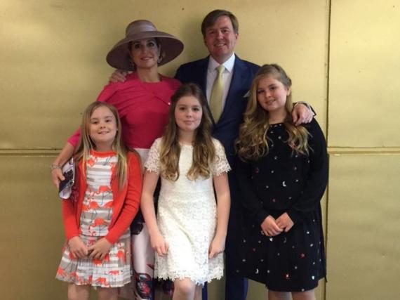 Die niederländische Königsfamilie, hinten Máxima und Willem-Alexander, vorne Amalia, Alexia und Ariane (v.re.).