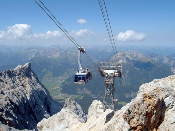 Heute befördert die Tiroler Zugspitzbahn rund 100 Personen pro Kabine