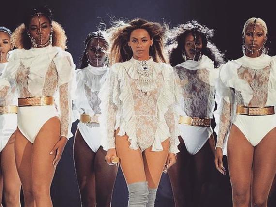 Fashion-Statement: Beyoncé im maßgeschneiderten Balmain-Bodysuit - ihre Tänzerinnen tragen ebenfalls Balmain
