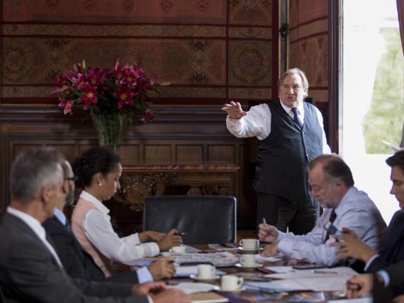 Gérard Depardieu (stehend) spielt Bürgermeister Robert Taro