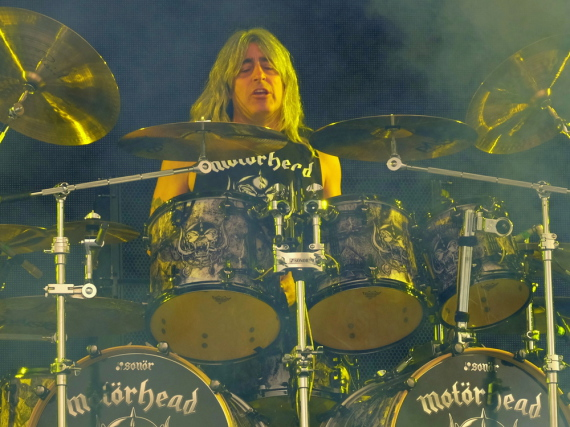 Mikkey Dee in Aktion beim Glastonbury-Festival 2015