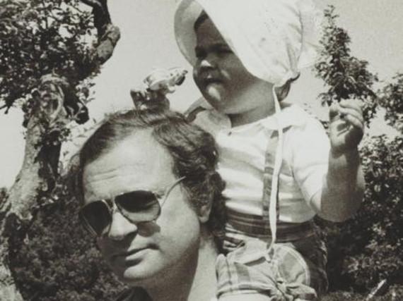 Ein Bild aus Kindertagen: Die kleine Prinzessin Madeleine auf den Schultern von König Carl Gustav
