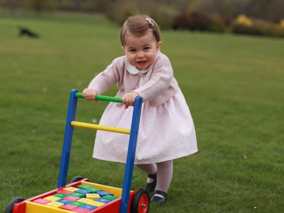 Prinzessin Charlotte macht ihre ersten Schritte