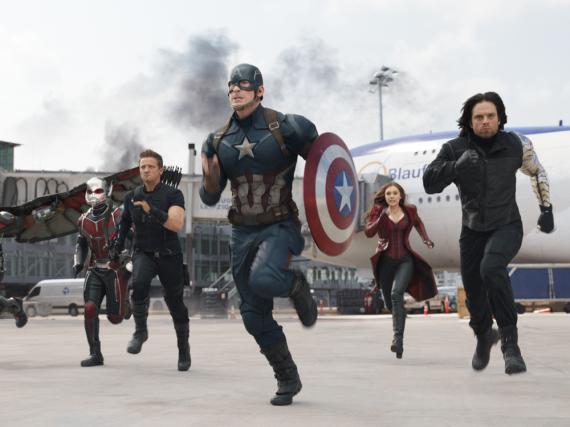 Eine schlagfertige Truppe: Captain America (Chris Evans) und ein Teil der Avengers, die auf seiner Seite kämpfen
