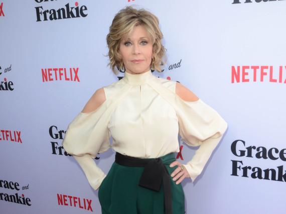 Jane Fonda zeigt ihre schlanke Figur in einer eleganten Kombination aus Hose und Bluse