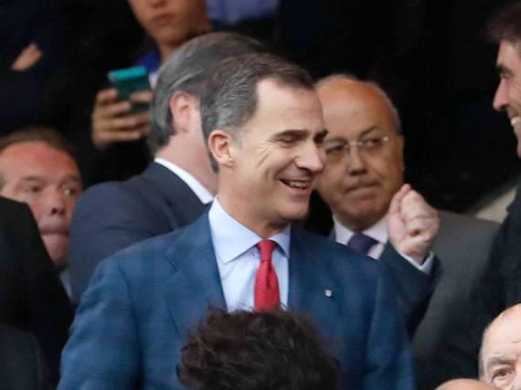 Der spanische König Felipe VI. beim Hinspiel zwischen Atlético Madrid und Bayern München auf der Ehrentribüne