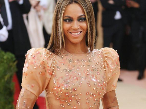 Ganze 2.000 Perlen zierten Beyoncés Kleid - hätten Sie das geglaubt?
