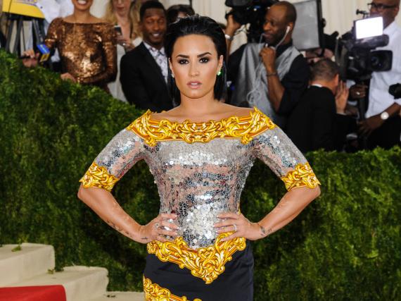 Demi Lovato in einem silbernen Kleid bei der Met Gala 2016