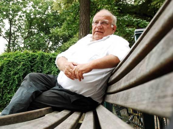 Jochen Senf vor wenigen Jahren auf einer Parkbank in Berlin