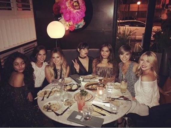 Vanessa Hudgens mit ihren Freundinnen