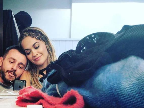 Matt Irwin albert auf einem Selfie mit Rita Ora herum