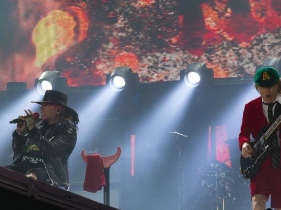 Axl Rose kann momentan zwar nicht wie Kollege Angus Young über die Bühne fetzen - das Publikum ist dennoch begeistert