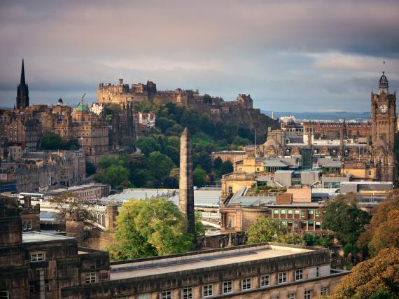 Der Blick von Arthur's Seat auf die Altstadt und Edinburgh Castle