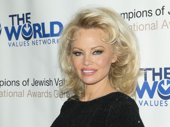 Pamela Anderson hat 50.000 Dollar an eine Organisation gespendet, die sich gegen häusliche Gewalt