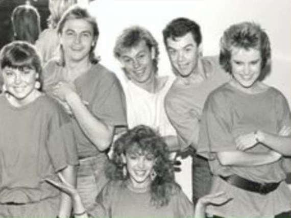 Mit diesem alten Foto zollt Kylie Minouge (vorne Mitte) Reg Grundy Tribut
