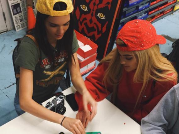 Kylie und Kendall Jenner spielen vergnügt mit Lego