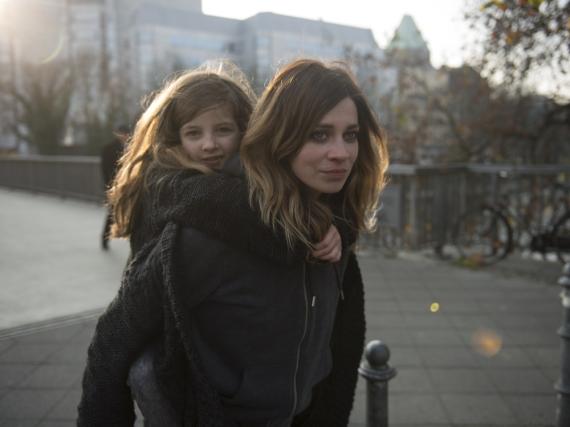 Karo (Claudia Eisinger) hat schwer mit ihrem inneren Kind zu tragen