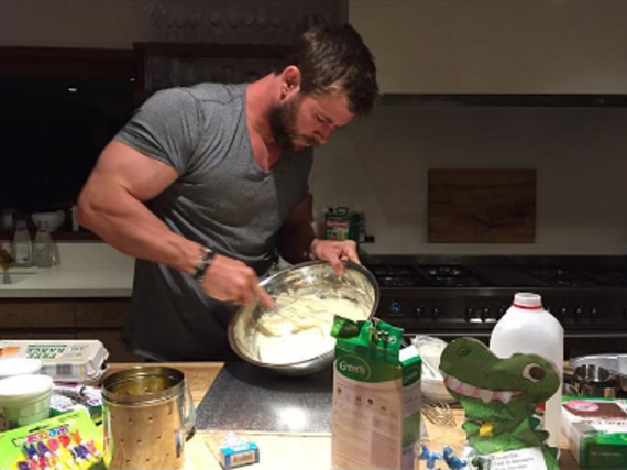 Chris Hemsworth schwang für seine Tochter den Rührbesen