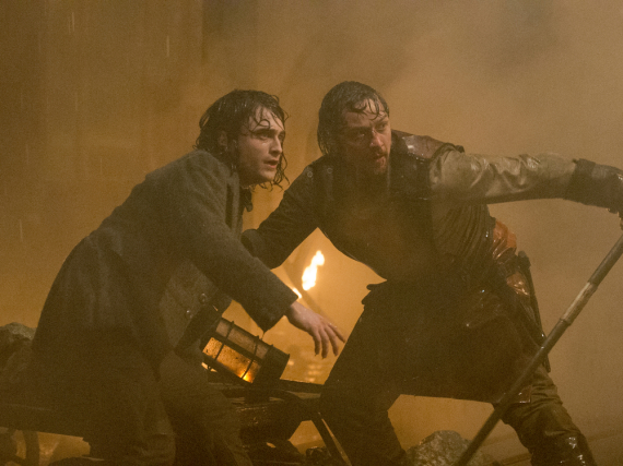 Victor Frankenstein (James McAvoy, r.) und sein Gehilfe Igor (Daniel Radcliffe) sehen nicht glücklich über ihre Kreation aus.