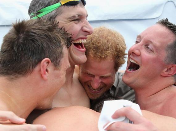 Prinz Harry freut sich bei den Invictus Games mit dem britischen Team über den Sieg bei der 4x50m Freistil-Staffel