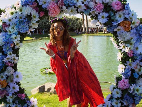 Alessandra Ambrosio veredelte ihre Outfits für das Coachella Festival mit stylischen Horn-Accessoires