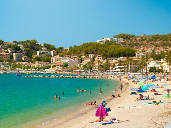 Die Strände auf Mallorca locken mit klarem Wasser viele Urlauber an