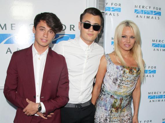 Dylan Jagger Lee (li.) zusammen mit seinem Bruder Brandon Thomas Lee (Mitte) und seiner Mutter Pamela Anderson