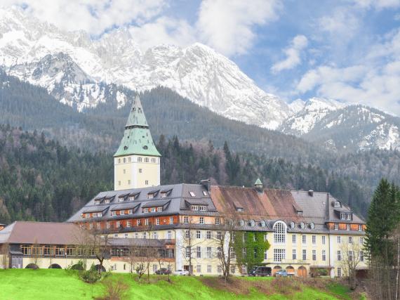 Schloss Elmau vor der beeindruckenden Alpen-Kulisse