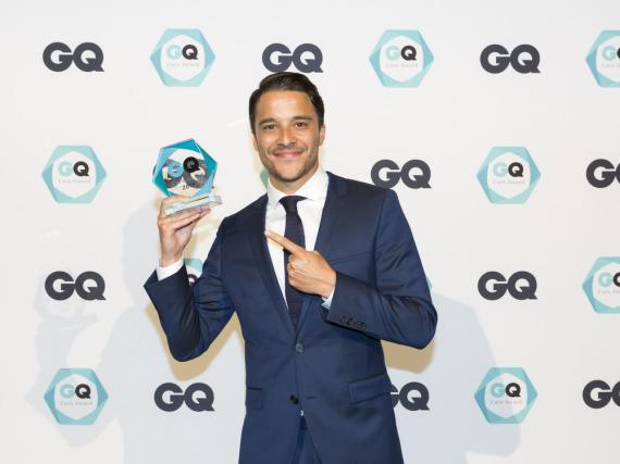 Kostja Ullmann strahlt mit dem GQ-Award