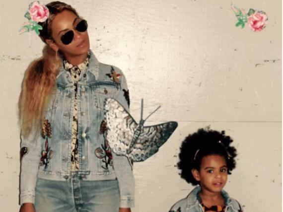 Beyoncé und ihre Tochter Blue Ivy stehen auf den Denim-Look