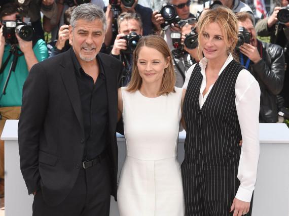 George Clooney (v.re.n.li.), Jodie Foster und Julia Roberts beim Fototermin in Cannes