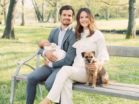 Geburstagsfoto: Prinz Carl Philip mit Prinz Alexander im Arm und Ehefrau, Prinzessin Sofia, nebst Hund Siri