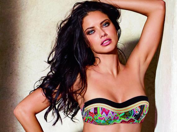 Supermodel Adriana Lima präsentiert die neuesten Bikinis für