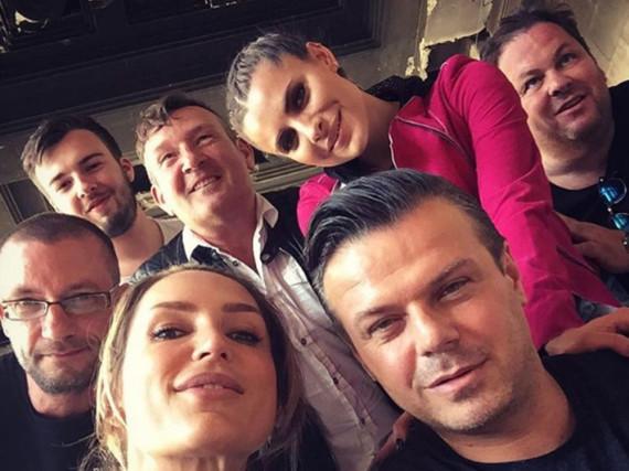 Sophia Thomalla (in pink) mit Manager Alain Midzic (vorne rechts) und Mitarbeitern