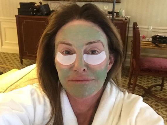 Caitlyn Jenner zeigt sich ihren Fans mit Gesichtsmaske