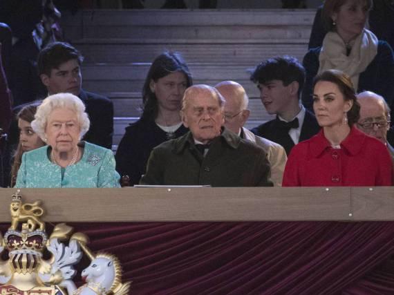 Queen Elizabeth II. (l.) auf der Ehrentribüne - nebst Gemahl Philip und Herzogin Kate