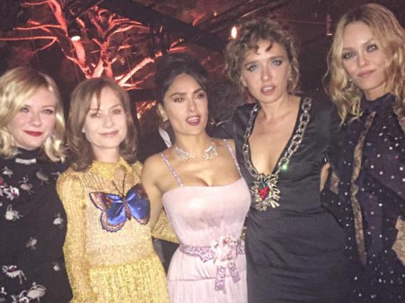 Salma Hayek feiert in Cannes zusammen mit Kirsten Dunst, Isabelle Huppert, Valeria Golino und Vanessa Paradis